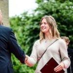 Forstander Olav uddeler diplom til elev