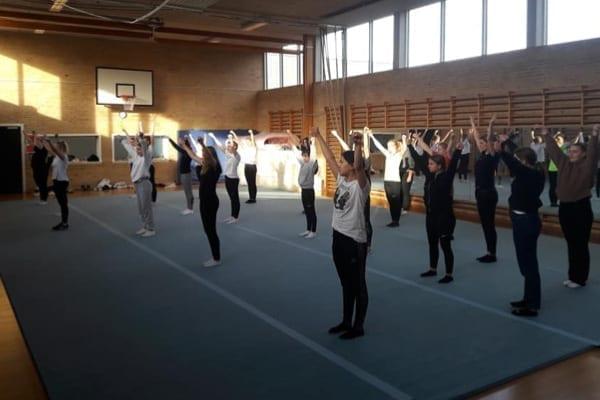 Cheerleading øver første performance